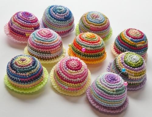 刺繍糸で編んだ丸っこいピンクッション