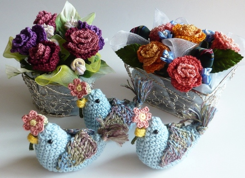 青い鳥とバラの花かご